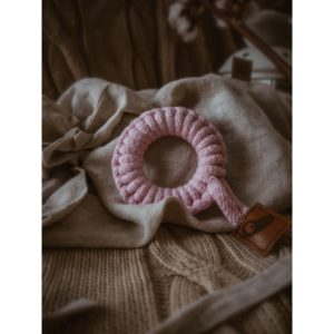 Hi Little One – gryzak sznurkowy Teether wood and cotton pink